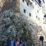 uczestnicy-na-tle-zameczeku-krolowej-marii-zamek-draculi