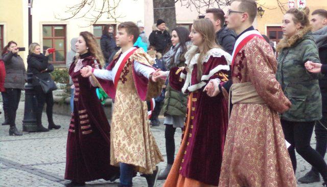 Poloneza czas zacząć … na Placu Ratuszowym